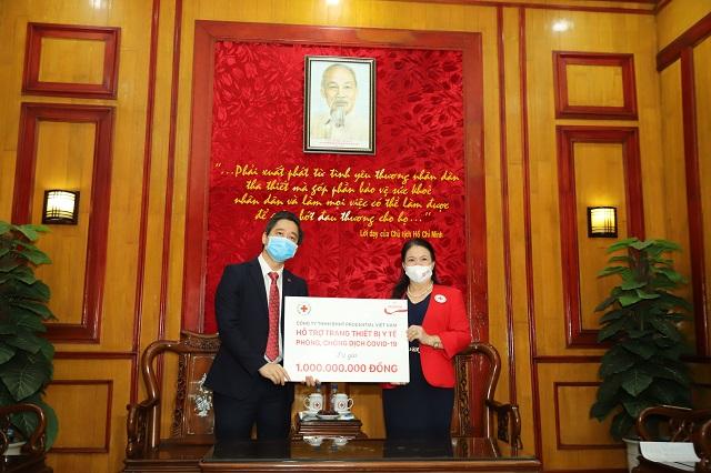 Prudential VN cùng Hội chữ Thập đỏ VN tặng thiết bị y tế cho 10 bệnh viện tuyến đầu điều trị Covid-19
