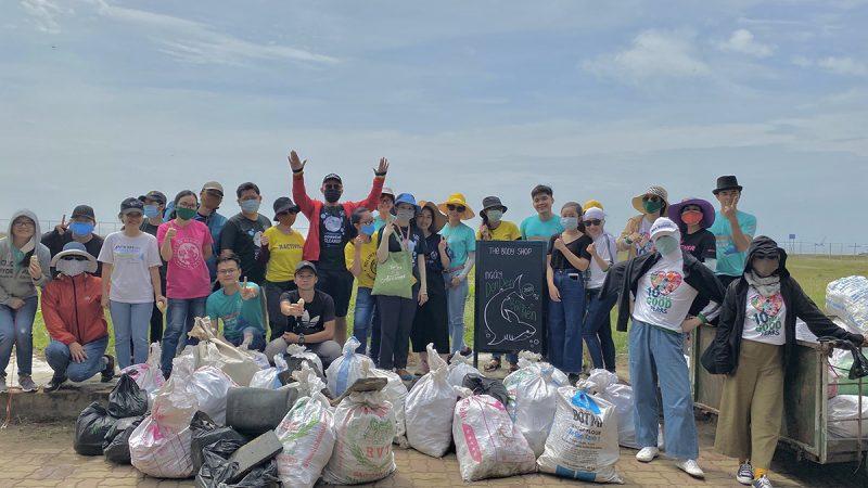 Cùng học cách dọn dẹp rác bãi biển với The Body Shop